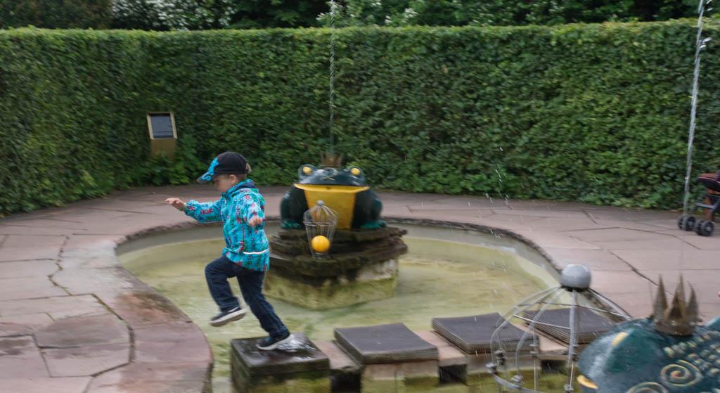 Nasse Füße kann es auch geben: Der Forschkönig im Märchengarten