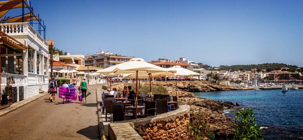 Die Promenade von Cala Ratjada schlängelt sich entlang der Küste und lädt zur Pause ein - mit tollem Ausblick