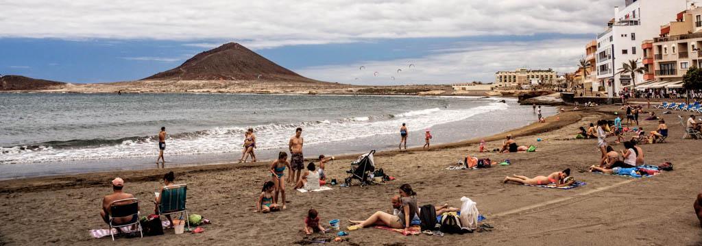 Der Strand von El Médano mit Kitesurfer im Hintergrund